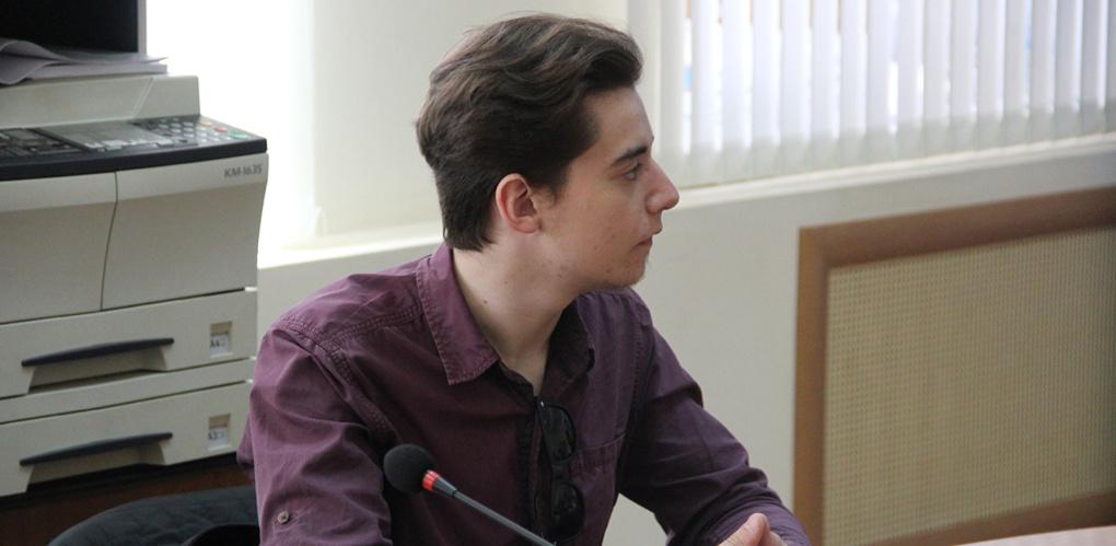 Студенту Президентской академии вручили удостоверение молодежного избиркома