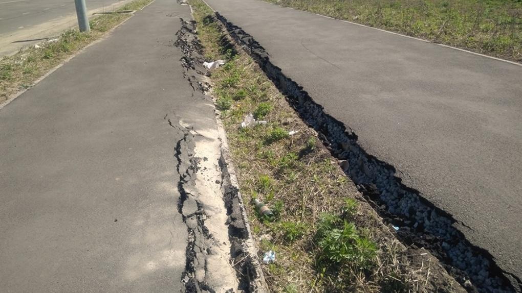 Можно провалиться: что происходит с тротуарами на Рылеева и Запрудной?