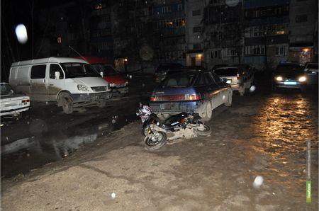 В Тамбове скутер протаранил стоявшее авто