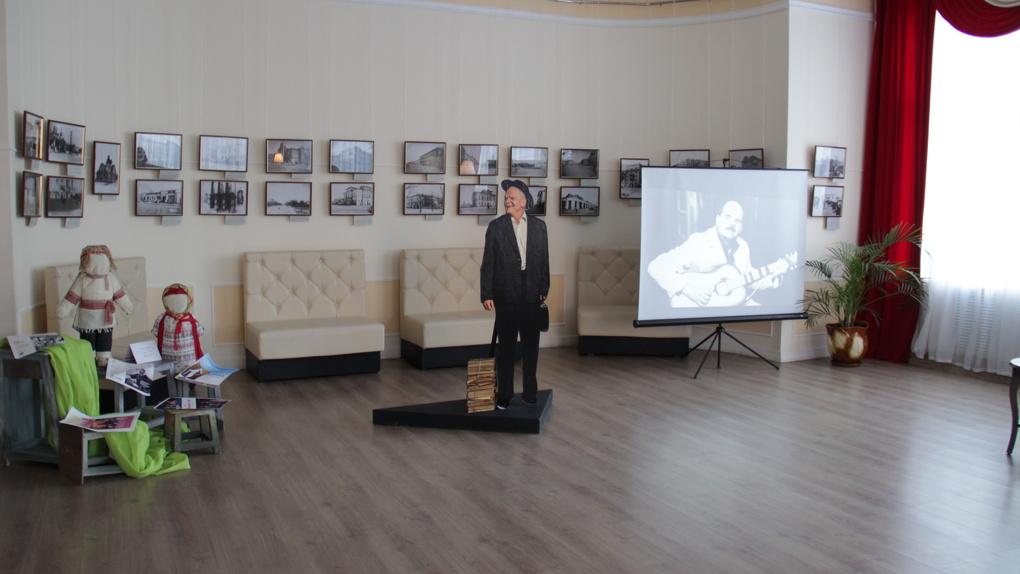 В молодежном театре отметили юбилей народного артиста России Юрия Томилина