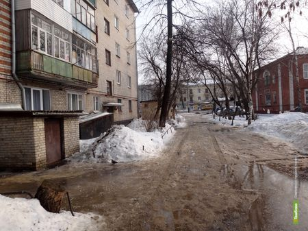 Многоэтажки в Тамбове заливает весенней грязью