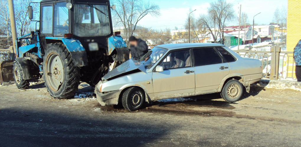 Водитель легковушки врезался в трактор коммунальной службы и сбил рабочего