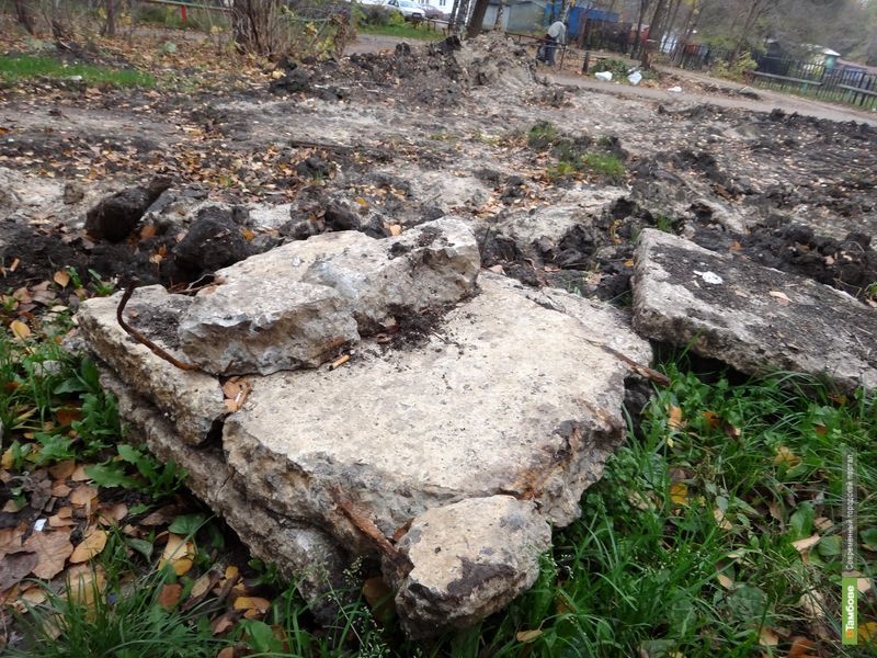В Тамбове детская площадка соседствует с последствиями коммунального ремонта
