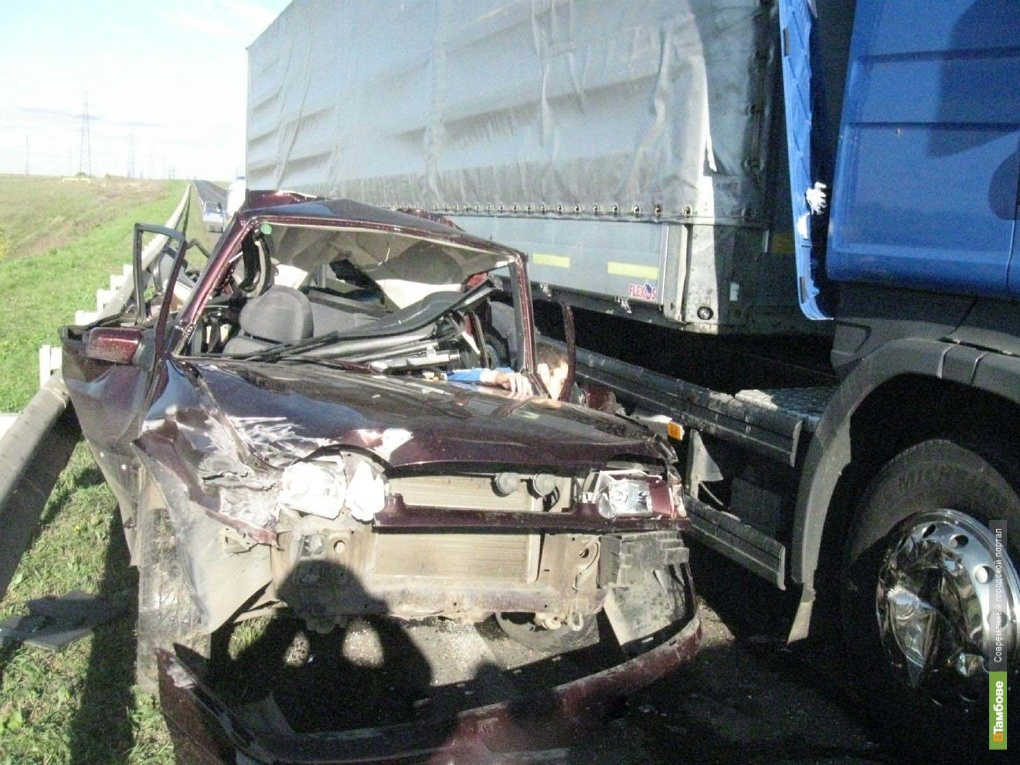 Под Тамбовом грузовик столкнулся с легковушкой