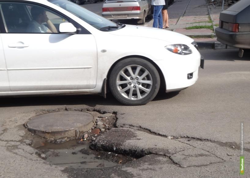 Тамбовские автомобилисты рискуют оставить колесо в люке