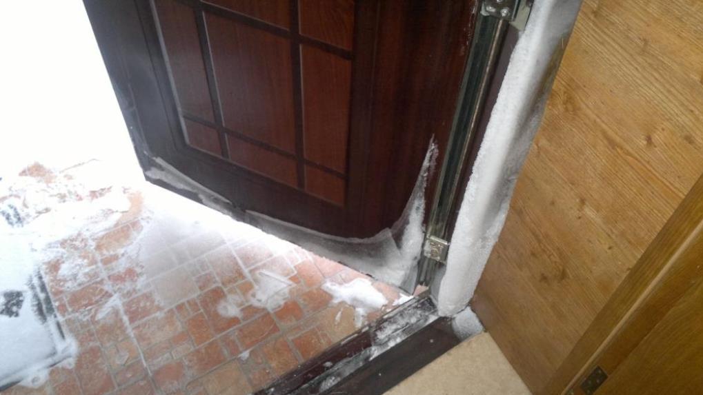 Конденсат на стальной двери: как решить проблему?