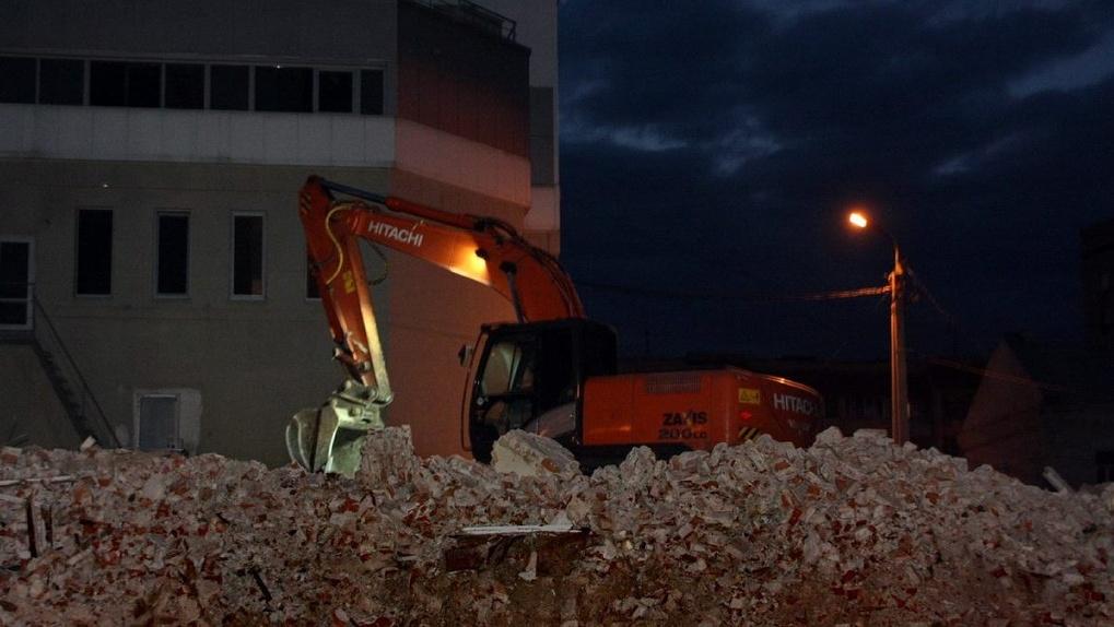 Руины от незаконно снесенного здания на Советской стали незаконно убирать. Что произошло?