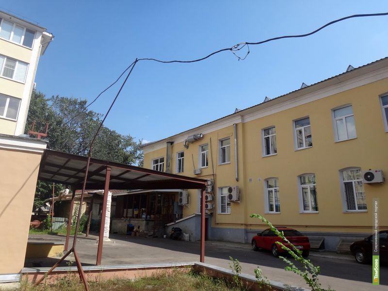 В центре Тамбова дети играют под низко висящими проводами