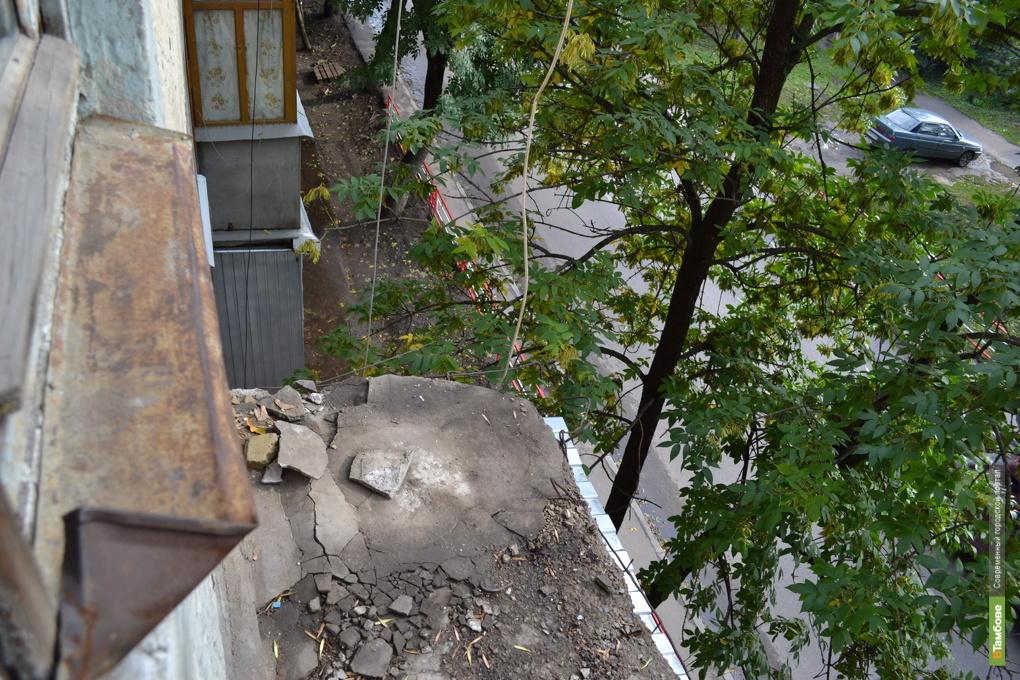 От тамбовской многоэтажки отвавился балкон