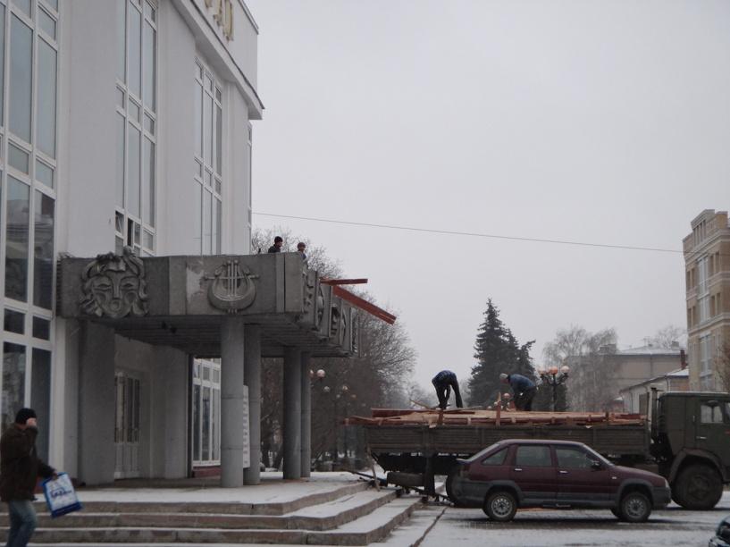 Тамбовчанам запретили ходить под окнами филармонии