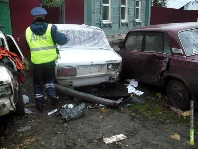 НН: Автолихач протаранил два припаркованных автомобиля