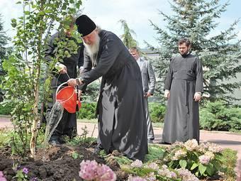 Тамбовские судебные приставы посадили яблони в ярославском монастыре