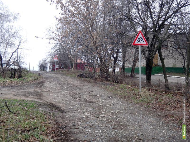 Тамбовчане просят оборудовать тротуары на прилегающих к школе улицах