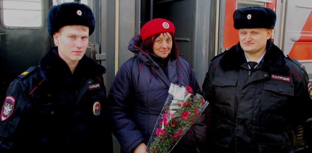 Сотрудники линейной полиции встречали всех женщин с цветами