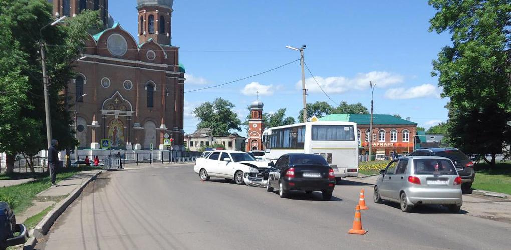 «Приора» устроила тройное ДТП в Мичуринске: пострадал 4-летний ребёнок
