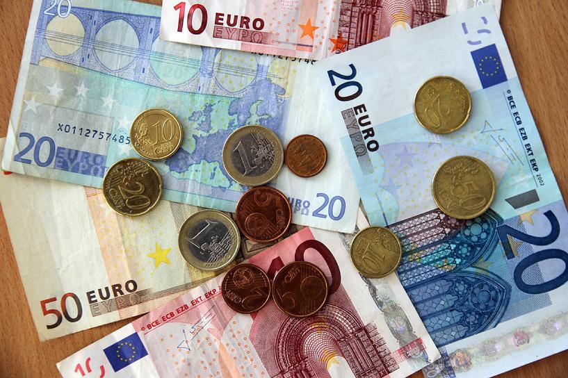 Курс евро упал ниже 70 рублей