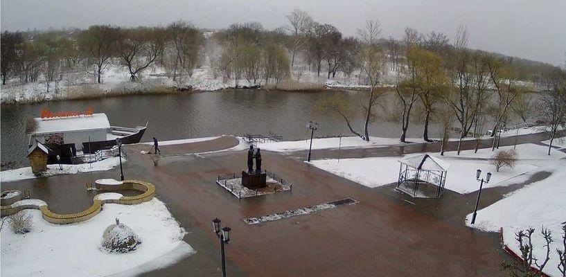 Городским рабочим в середине весны пришлось выехать на уборку снега