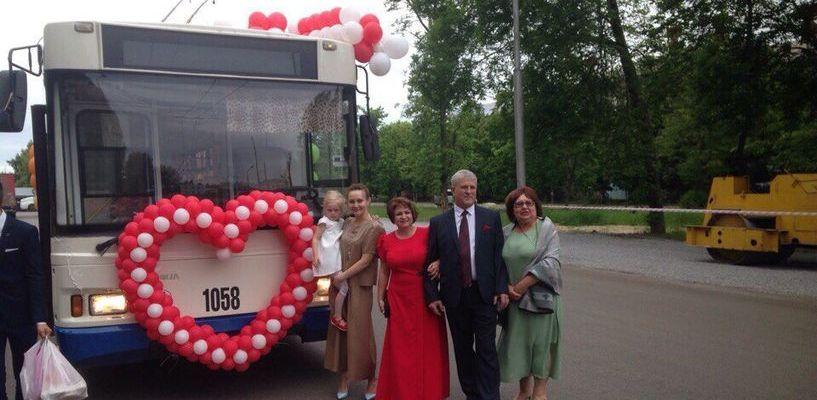 В свадебном троллейбусе по Тамбову катались 60 человек