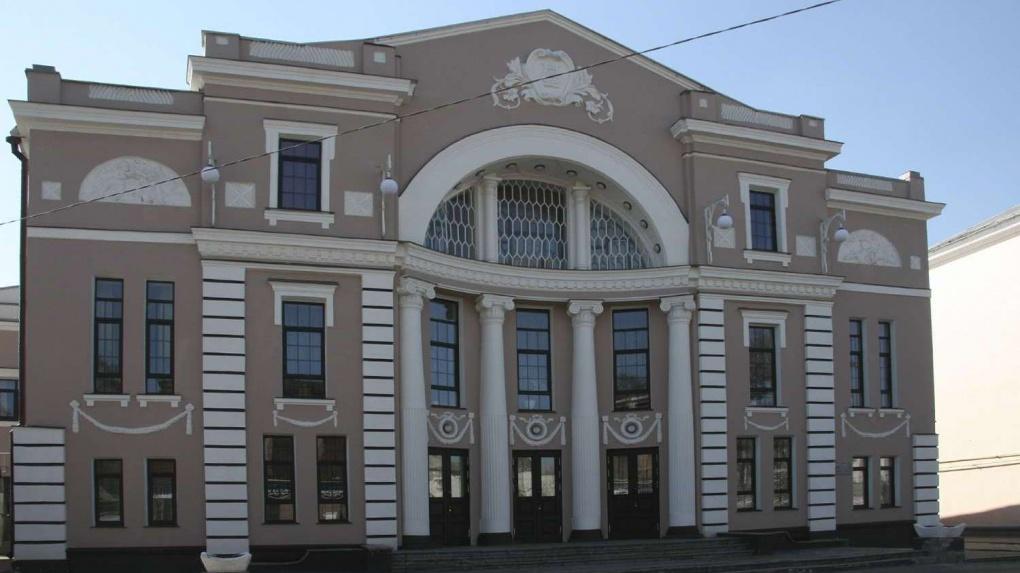 Мичуринский театр представил зрителям премьеру спектакля «Дом, где всё кувырком» (16+)
