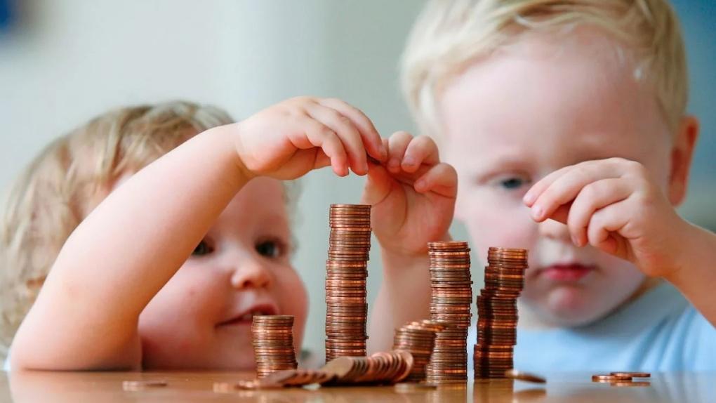Детские пособия с октября будут выплачиваться только на карты «Мир»