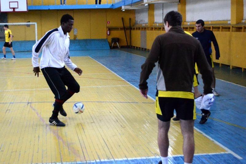 Иностранные студенты попинают мячик с сотрудниками тамбовской ФМС