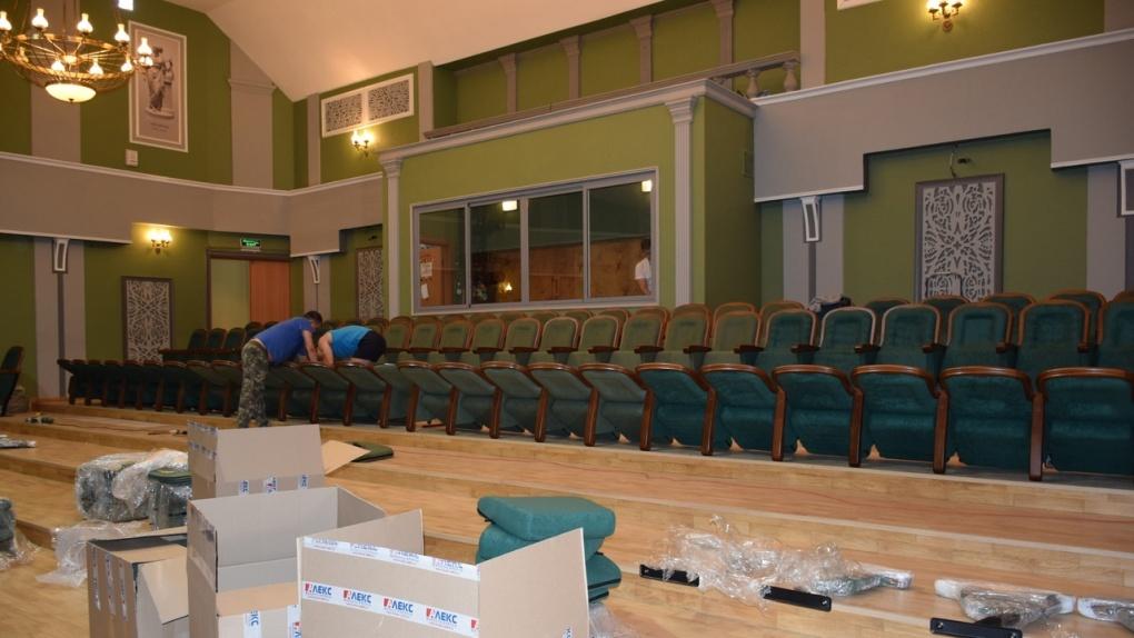В Тамбовском молодежном театре ставят кресла с ортопедическими спинками