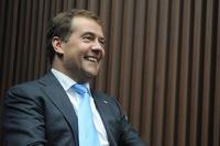 Медведев пообещал повысить трудовые пенсии