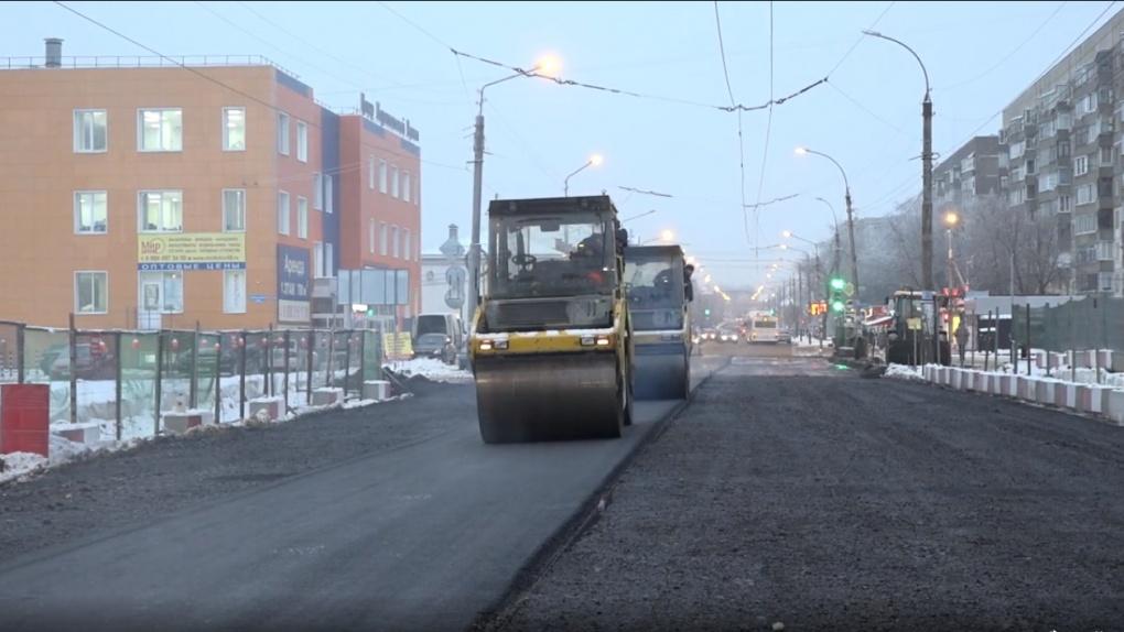 В Тамбове на Базарной рабочие укладывают временное дорожное полотно
