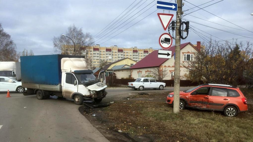 В Тамбове легковушка столкнулась с грузовой «Газелью»
