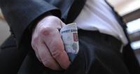 «Разморозили». Федеральным чиновникам поднимут зарплаты