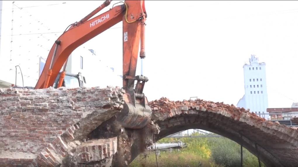 На Базарной начали демонтировать мост