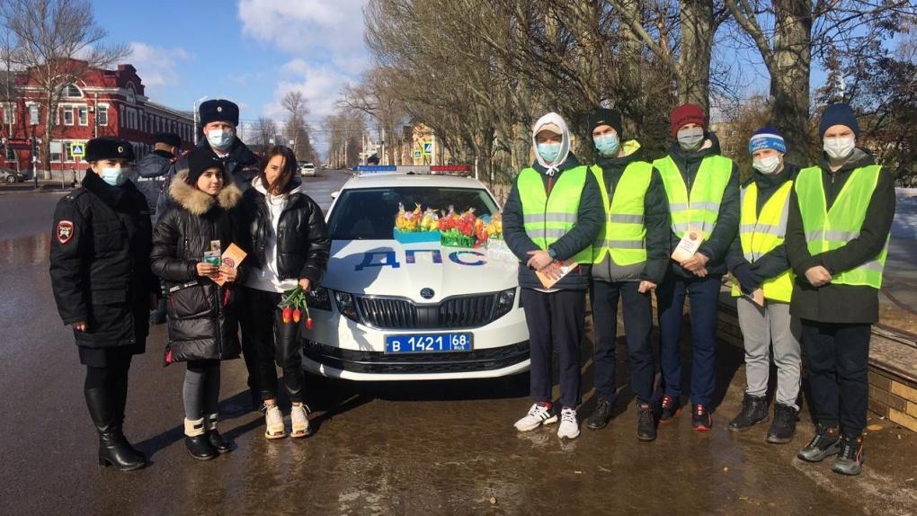 Госавтоинспекторы поздравили с наступающим 8 Марта тамбовчанок-автомобилисток